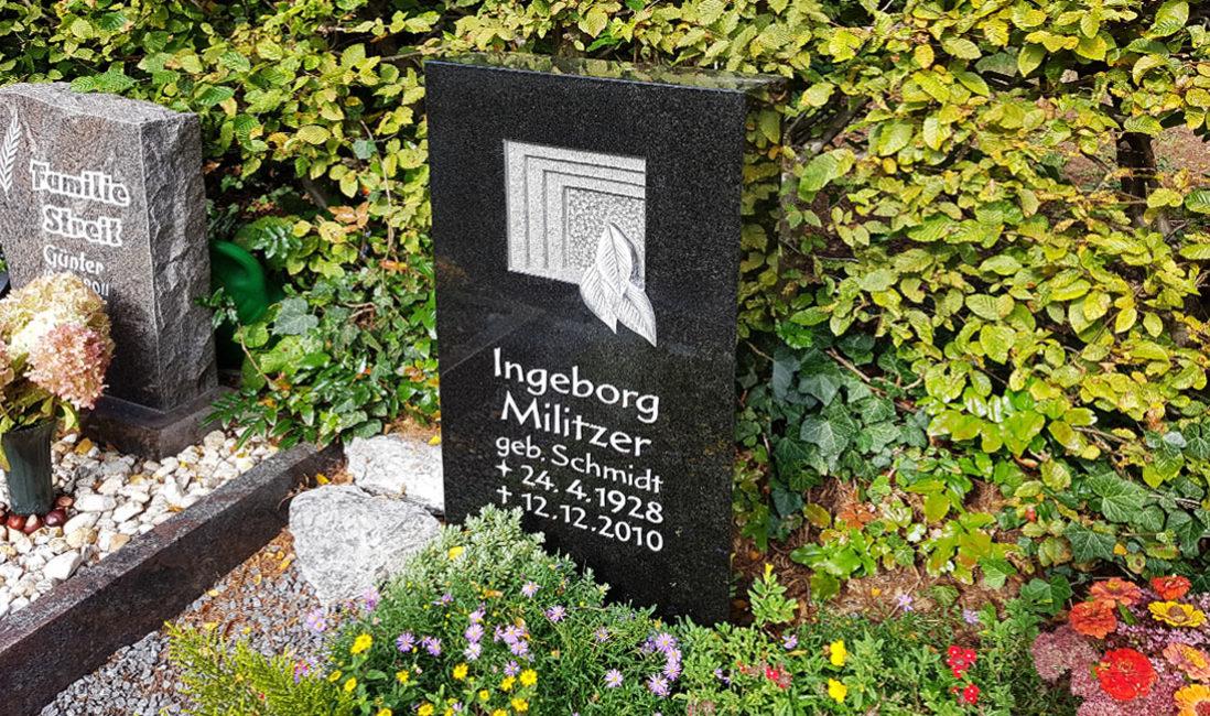 Urnengrabmal schwarzer Granit Urnengrab Einfassung Grabgestaltung Grabbepflanzung Sommer Herbst Grabschmuck Kies Hauptfriedhof Zeulenroda