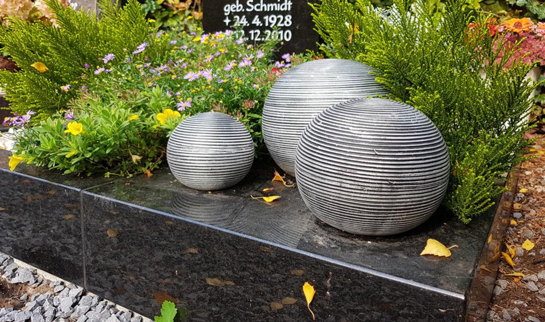 Schwarze Granit Urnengrab Einfassung Grabgestaltung Kugeln Grabbepflanzung Sommer Herbst Grabschmuck Kies Hauptfriedhof Zeulenroda