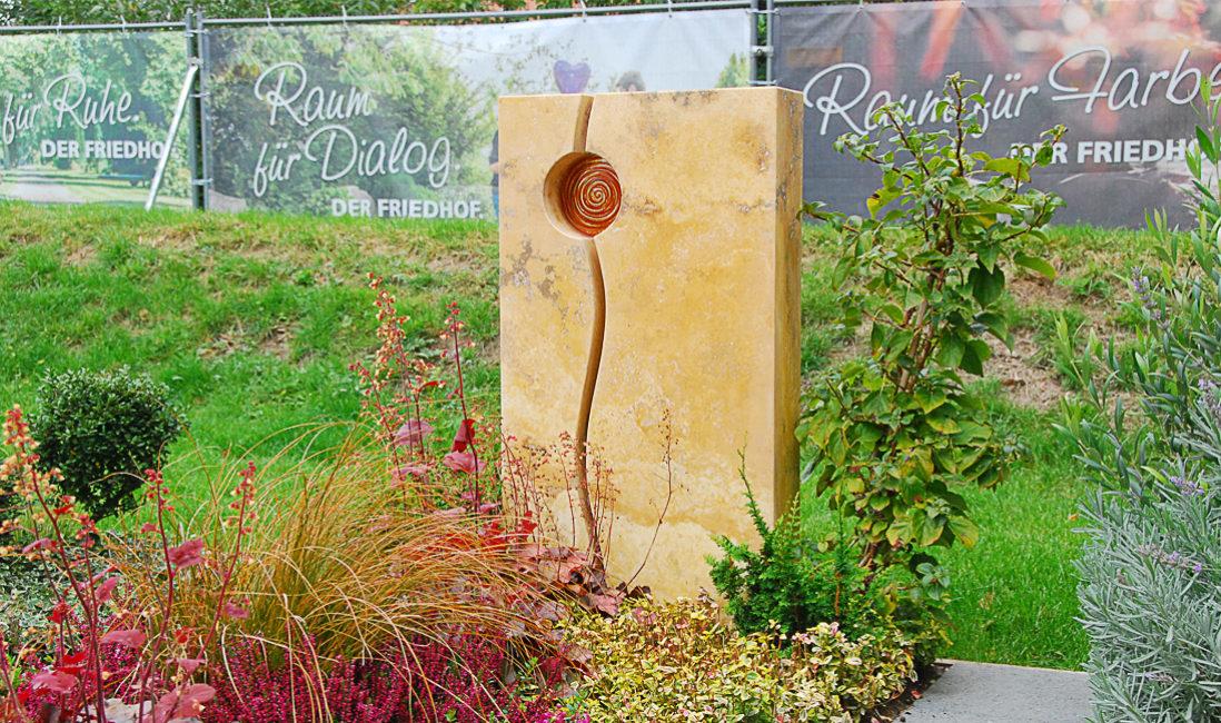 Grabmal Modern Mustergrab Landesgartenschau moderne Grabbepflanzung ganzjährig Bodendecker Frühling Sommer Herbst Grabgestaltung Ideen