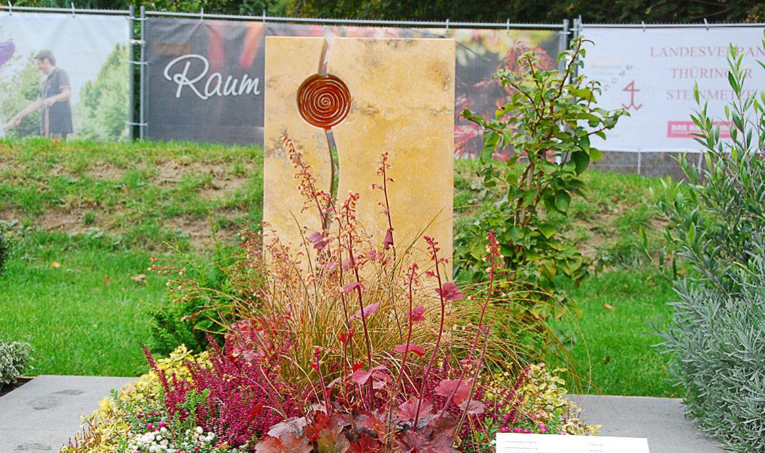 Mustergrab Landesgartenschau moderne Grabgestaltung Grabtsein Glaselement dauherhafte Grabbepflanzung Friedhofsbepflanzung ganzjährig