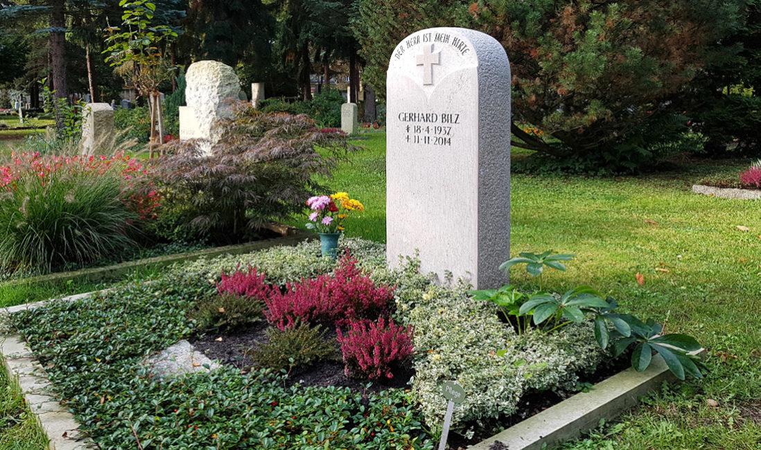 Modern Steinmetz Grabgestaltung Doppelgrabstein Familiengrab Grabstein Kreuz Kalkstein Einfassung Blumen Bodendecker Grabbepflanzung Herbst Trinitatisfriedhof Dresden