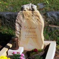 Kindergrab Babygrab Gestaltung Grabstein Kindergrabstein Felsen Findling Drachen Steinmetz Friedhof Geising
