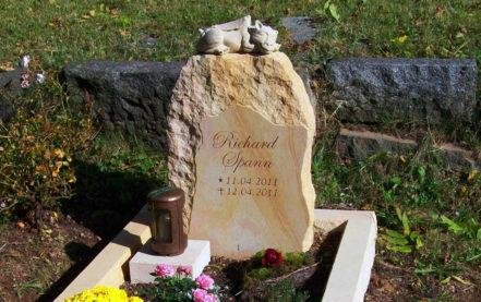 Impressionen vom Friedhof: Kindergrab Gestaltung mit Grabstein Felsen / Findling & Drachen