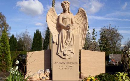 Impressionen vom Friedhof: Doppelgrab / Familiengrab mit Grabengel Grabstein aus Sandstein
