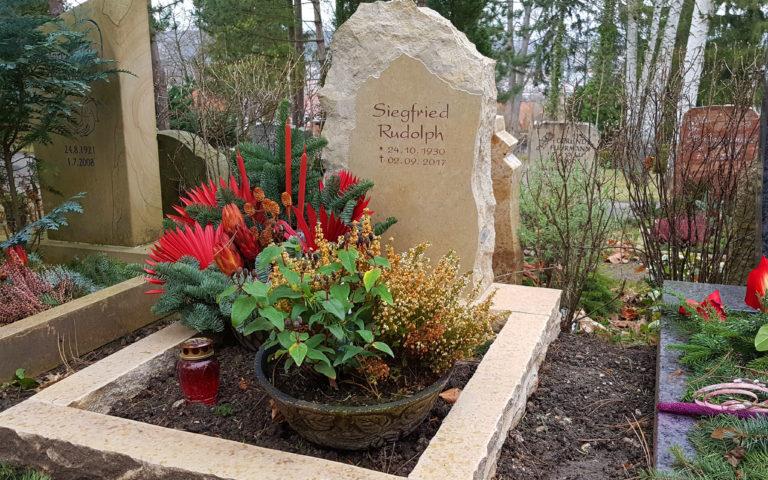 Findling Grabstein Urnengrab Einfassung Urnengrabstein