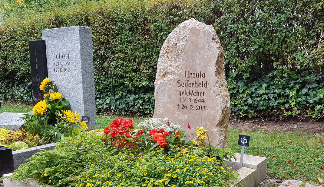Findlinggrabstein-auf-einem-Friedhof