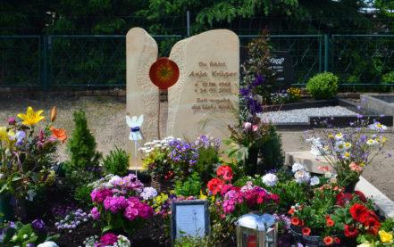 Impressionen vom Friedhof: Sandstein Grabmal für ein Doppelgrab / Familiengrab mit Einfassung & Glaskunst
