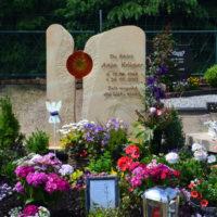 Grabbepflanzung Sommer Blumen sonniger Standort Ideen Beispiele Doppelgrab Grabstein Glas