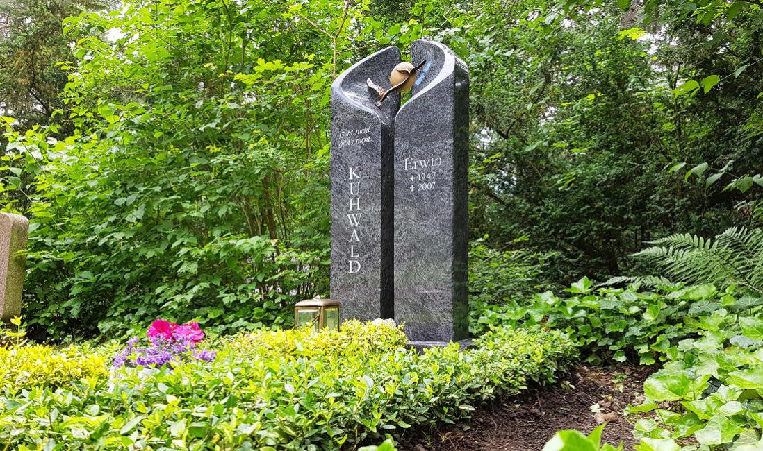 Grabstein Zweiteilig Poliert Stele Granit Bronze Vögel Grablaterne Grabgestaltung Bodendecker Blumen Sommer Hauptfriedhof Erfurt