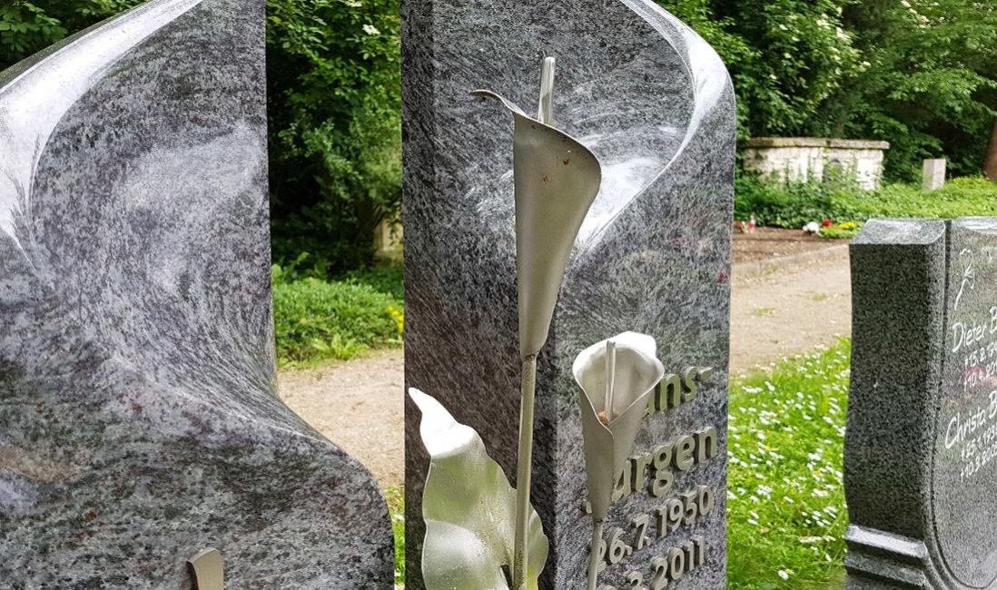 Zweiteiliger Grabstein Poliert Granit Edelstahl Edelstahlelement Orchidee Geschwungen Grabgestaltung Grabschmuck Grabvase Grablampe Grabeinfassung Kies Pflegeleichte Grabbepflanzung Blumen Sommer Hauptfiredhof Erfurt