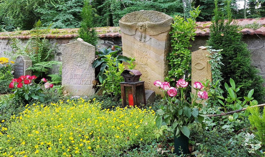 Grabstein Grabanlage Sandstein Eule Grabbepflanzung Sommer gelbe Blumen Grablaterne Friedhof Neustadt Orla