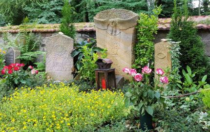 Neustadt an der Orla Evangelischer Friedhof Grabmal mit Eule