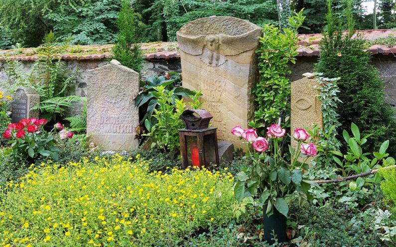 Neustadt an der Orla Evangelischer Friedhof Grabmal mit Eule - 1
