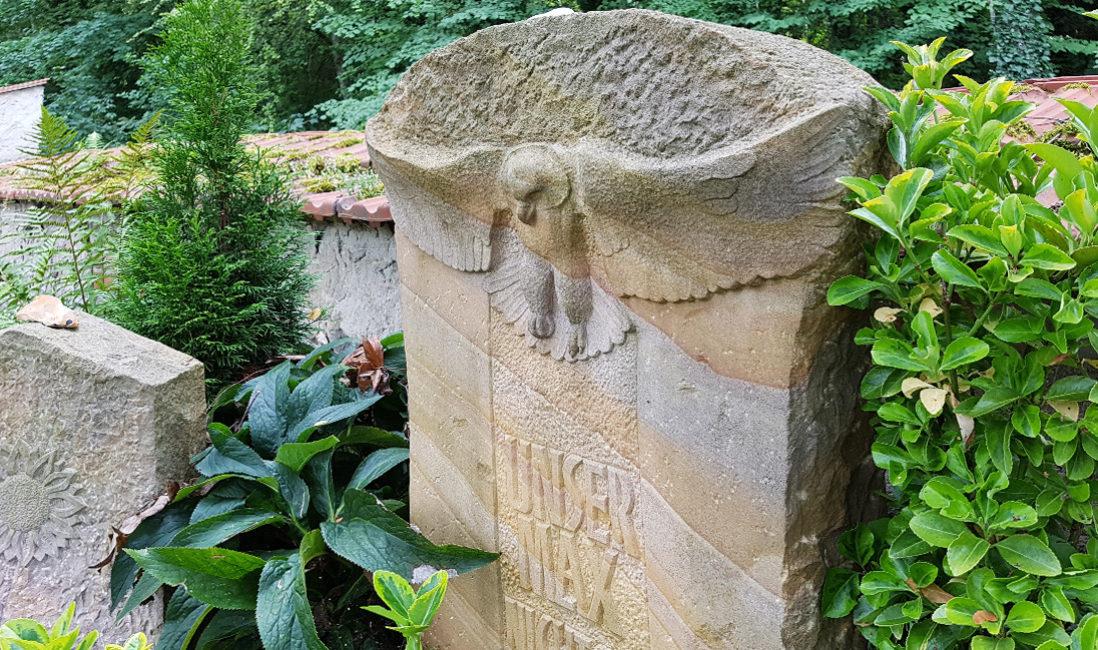 Grabanlage Grab eines jungen Menschen Sandstein Eule Friedhof Neustadt Orla
