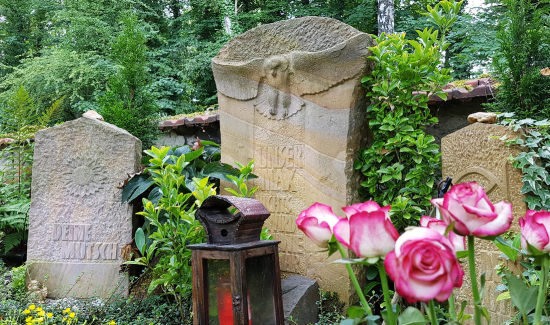 Grabstätte Sandstein Grabstein mit Eule Grabbepflanzug pflegeleicht Grablampe Friedhof Neustadt Orla