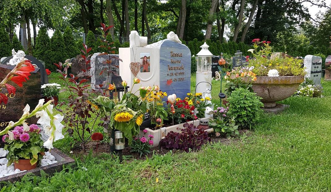 Grabbepflanzung / Grabgestaltung eines Wiesen-/Rasengrabes