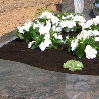 Grabgestaltung-Pflegeleicht-Grabplatten-Grabbepflanzung-Sommer