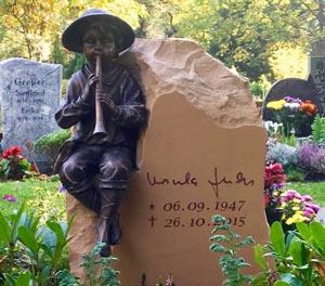 Eine Grafik zu Grabstein mit Flötenspieler - Steinmetz Grabgestaltung Urnengrab mit Findling