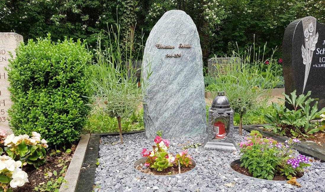 Grabstein Findling Fels Granit Grabeinfassung Grablampe Kies Grabgestaltung pflegeleicht Blumen Lavendel Hauptfriedhof Erfurt