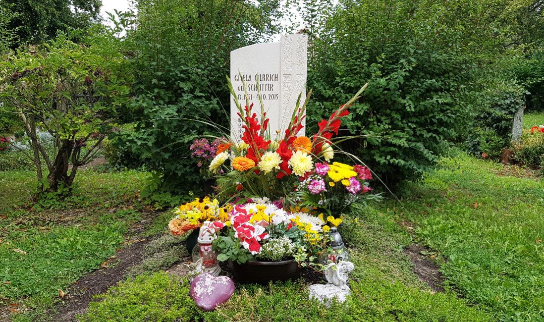 Grabstein Kalkstein weiß Einzelgrab Kreuz Blumen Sommer Bodendecker Friedhof Neustadt Orla