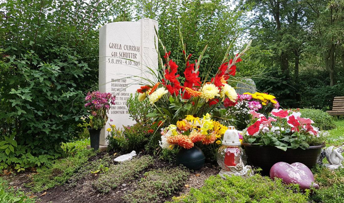Grabmal mit Kreuz Kalkstein Grabgestaltung Blumen GrabpflegeFriedhof Neustadt Orla