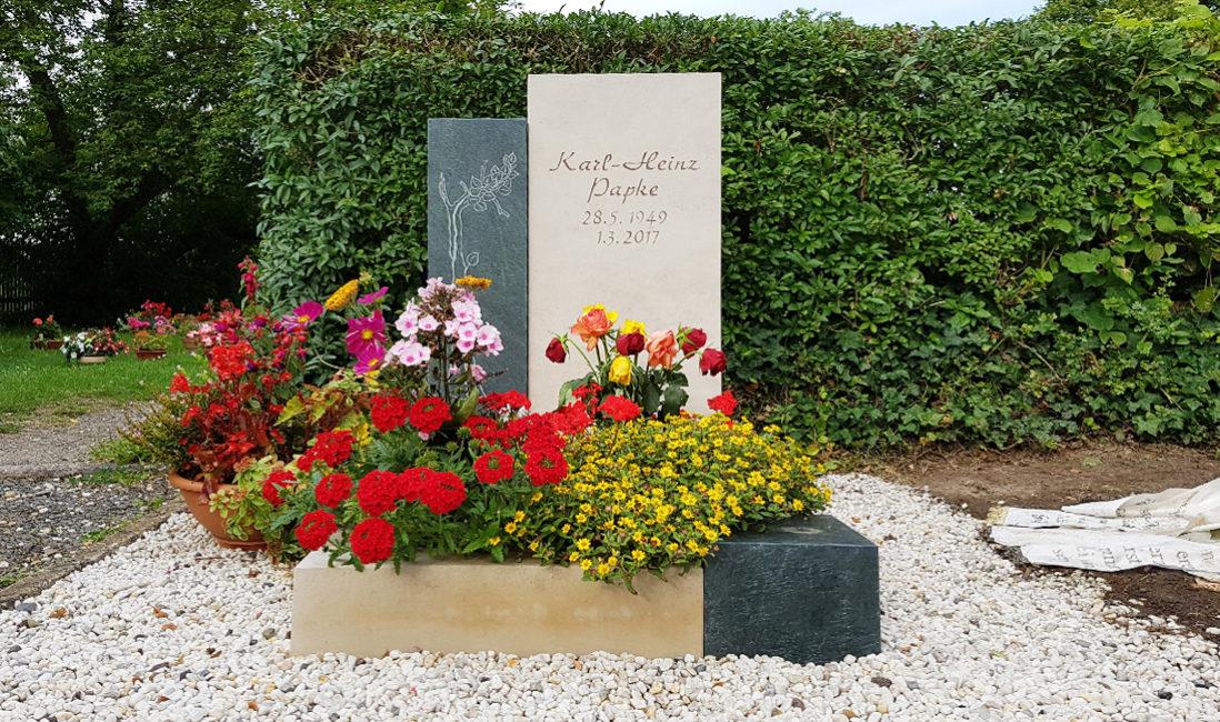 Geteiltes Grabmal Urnengrab Kalkstein Granit Grabeinfassung Grabbepflanzung Blumen Kies Friedhof Neustadt Orla