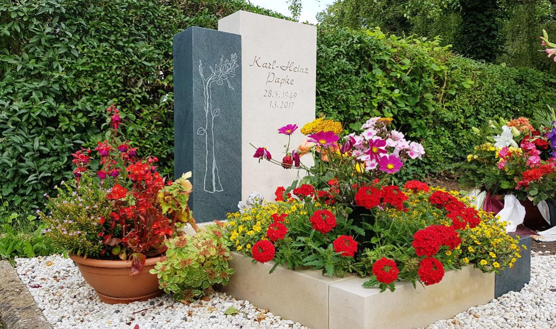 Zweiteiliger Grabstein Urnengrabstelle Grabumfassung Kalkstein Granit Grabpflanzen Sommer