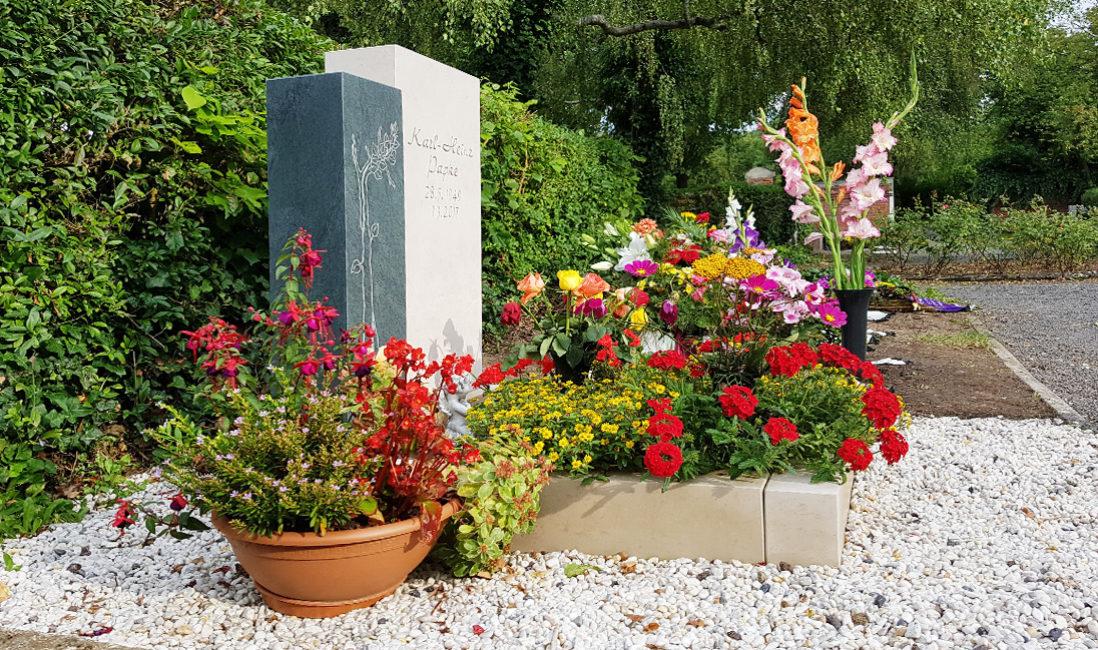 Grabstein mit Einfassung Grabstele Granit Kalkstein Urnengrab Pflanzschale Grabpflege Blumen