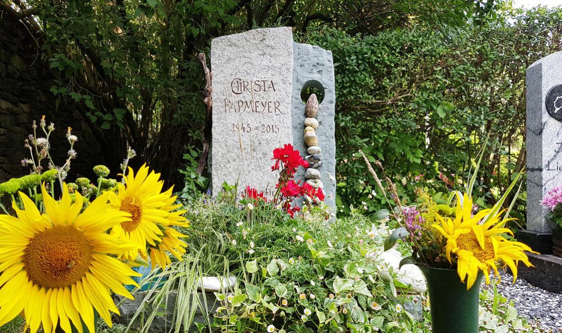 Urnengrab Grabstein Granit Öffnung Kieselsteine Grabbepflanzung Bodendecker Friedhof Neustadt Orla