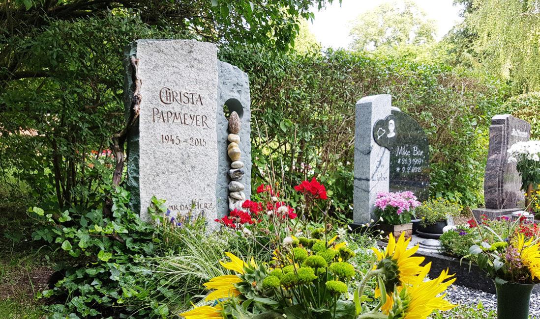 Grabmal Urnengrab Granit Naturstein Findlinge Öffnung Grabpflanzen Efeu Gräser Friedhof Neustadt Orla