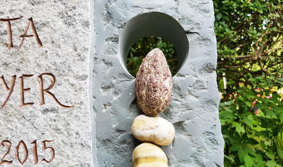 Grabstein Granit Urnengrabstelle Kieselsteine Öffnung