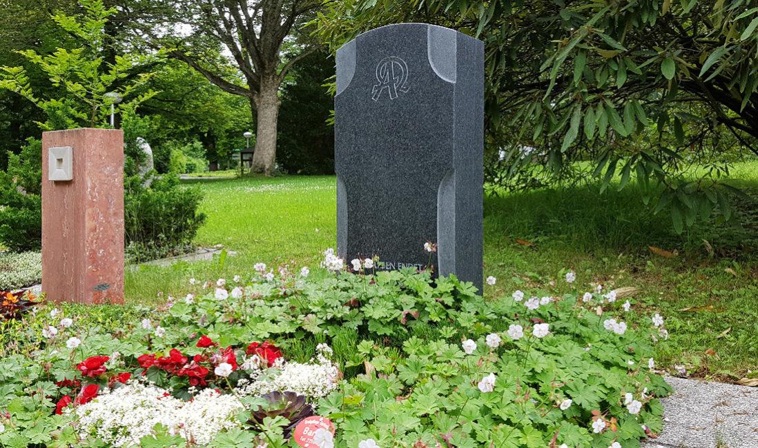 Grabstein Kreuz dunkler Granit Poliert Anfang & Ende Grabgestaltung Grabsteinsprüche Grabbepflanzung pflegeleicht Bodendecker Hauptfriedhof Erfurt