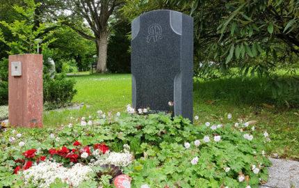 Erfurt Hauptfriedhof Mustergrabanlage Moderner Grabstein als Kreuz