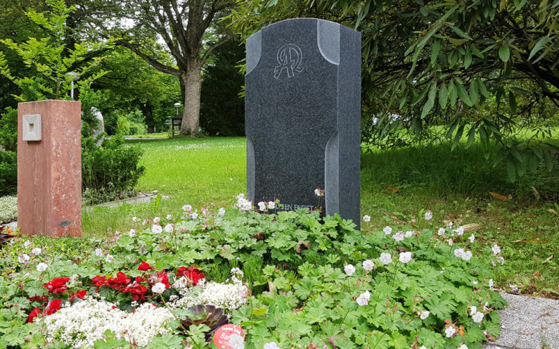 Erfurt Hauptfriedhof Mustergrabanlage Moderner Grabstein als Kreuz - 1