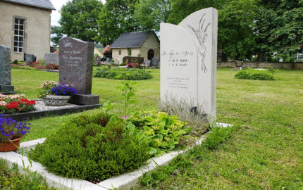 Elleben-Riechheim Evangelischer Friedhof St. Gallus Grabstein mit Ähren
