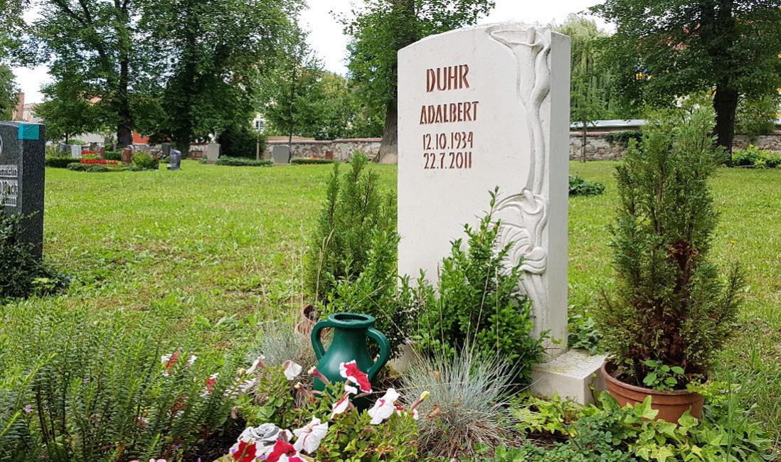 Grabstein weißer Kalkstein Calla Steinmetz Grabgestaltung Buchsbaum Gräser Friedhof Neustadt Orla