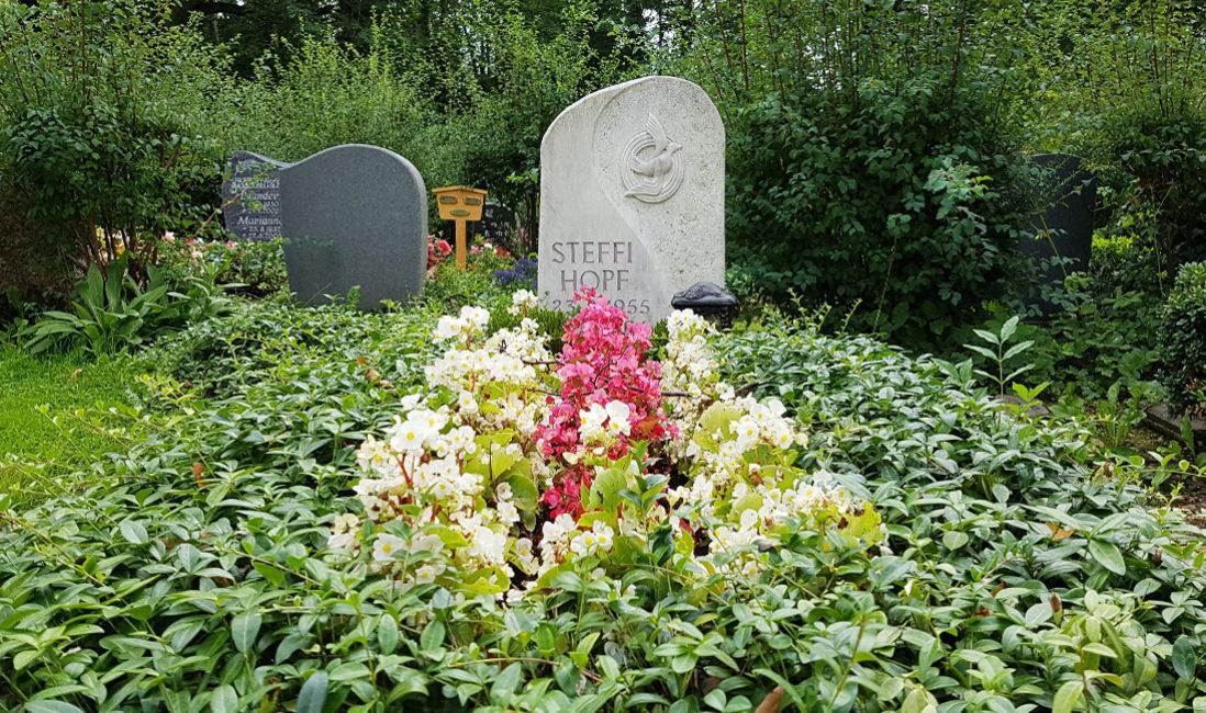 Grabmal Einzelgrab Kalkstein immergrüne Grabbepflanzung Grabpflege Sommer Blumen Friedhofsgärtner Friedhof Neustadt Orla