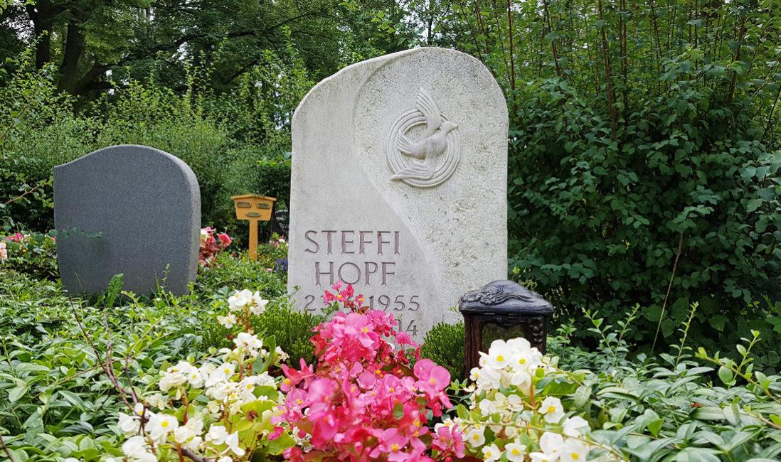 Grabstein Einzelgrabstelle Kalkstein Taube Symbol Steinmetz Grablampe Friedhof Neustadt Orla