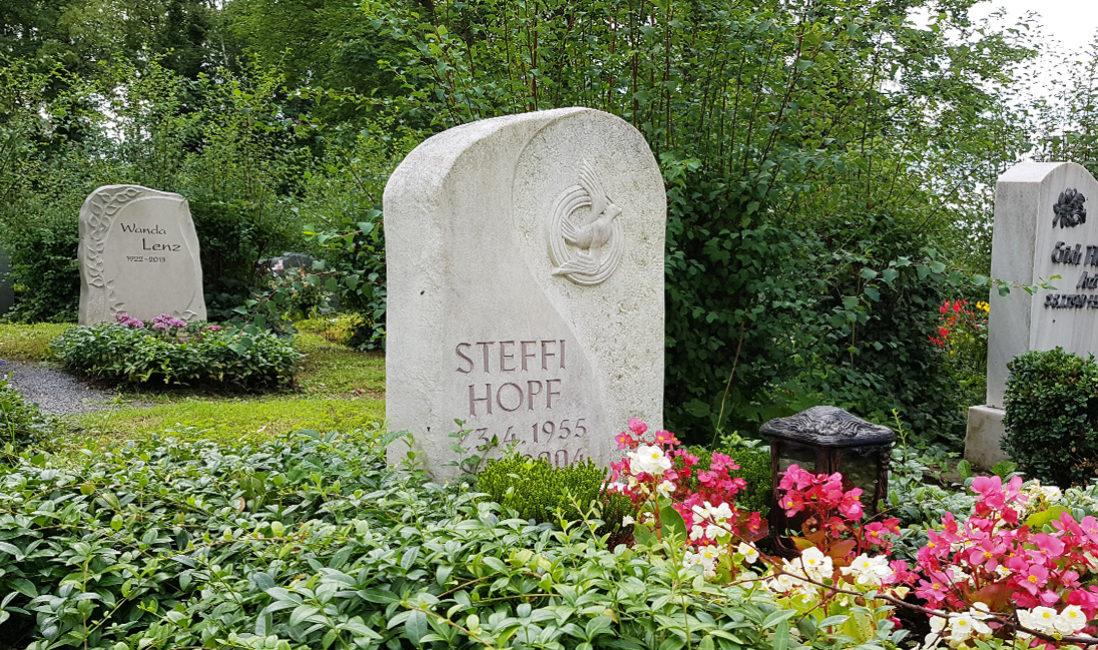 Grabstelle Einzelgrab weißer Kalkstein Grabgestaltung Immergrün Friedenstaube Steinmetz Idee Neustadt Orla