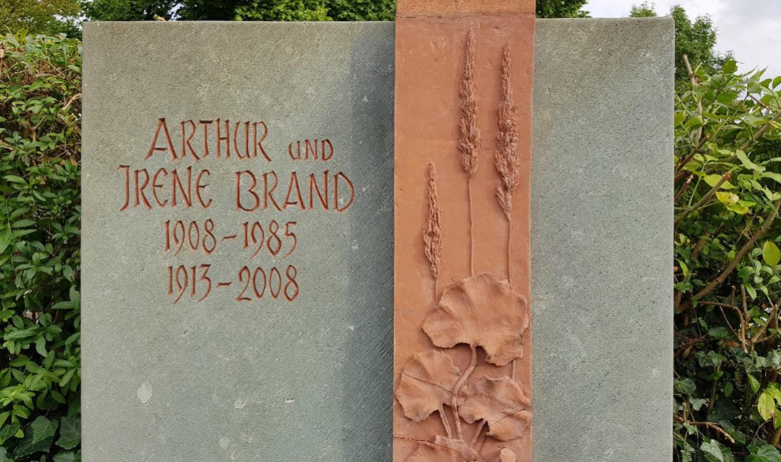 Doppelgrabstein Familiengrabanlage Kalkstein rote Keramik Ton Fries Pflanzen Grabbepflanzung Bodendecker Blumen Sommer immergrün Busch Evangelischer Friedhof Neustadt Orla