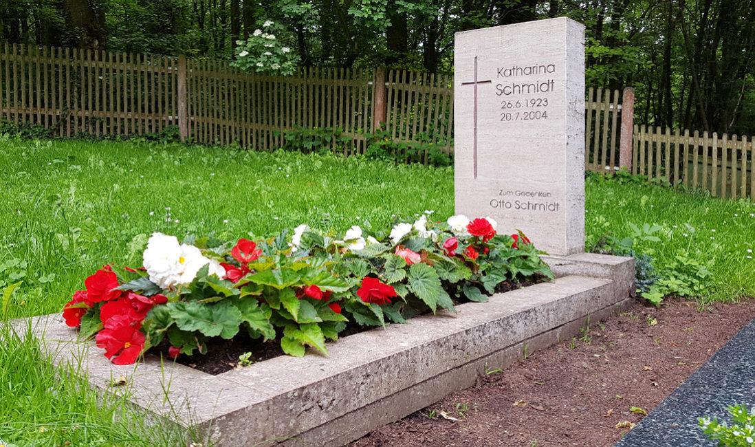 Grabmal Einzelgrab Travertin Kreuz Klassische Grabbepflanzung Sommer Blumen Grabeinfassung Friedhof Cospeda Jena