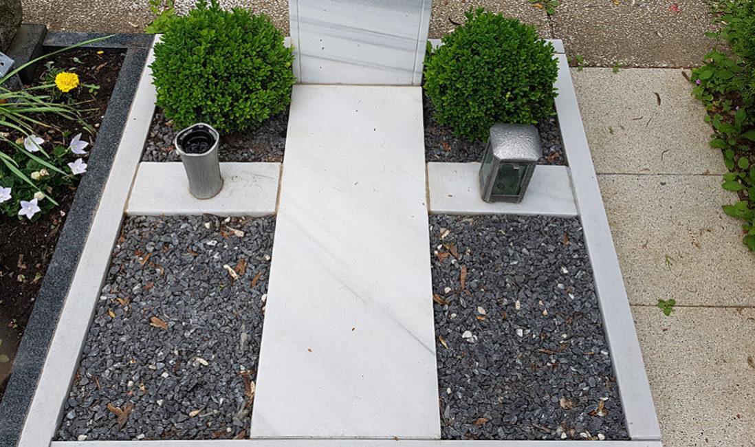 Familiengrabanlage Doppelgrabstein Urnengrab Marmor Lebensbaum Kreuz Jugendstil Rund Grabmaleinfassung Grabschmuck Buchsbaum Kies Hauptfriedhof Erfurt