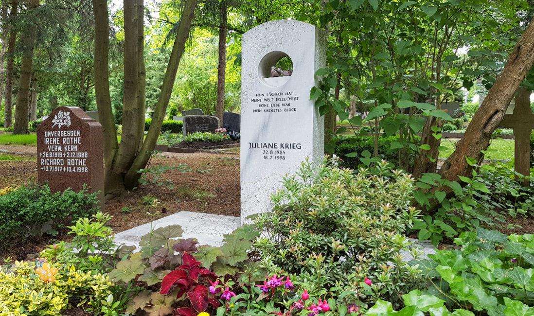 Marmorgrabstein Stele Öffnung Loch Grabspruch Sommer Grabpflanzen Grabgestaltung Vögel Keramik Grabsteinsockel Hauptfriedhof Erfurt