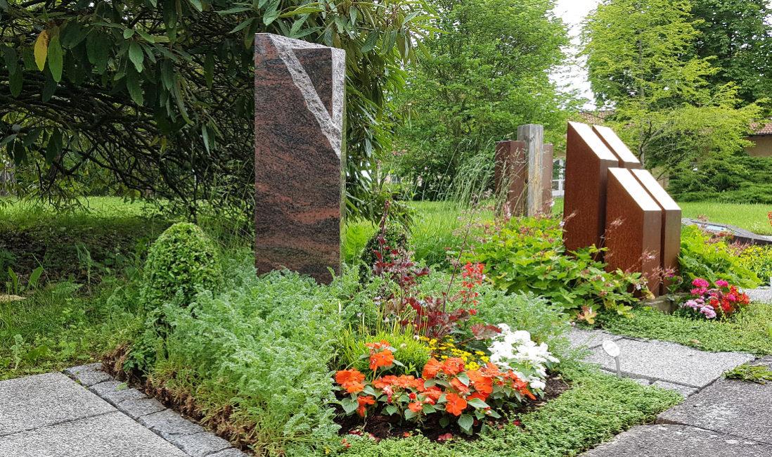 Grabstein Granit Stele Dreieck Poliert Grabbepflanzung Bodendecker Sommerblumen immergrün Buchsbaum Hauptfriedhof Erfurt