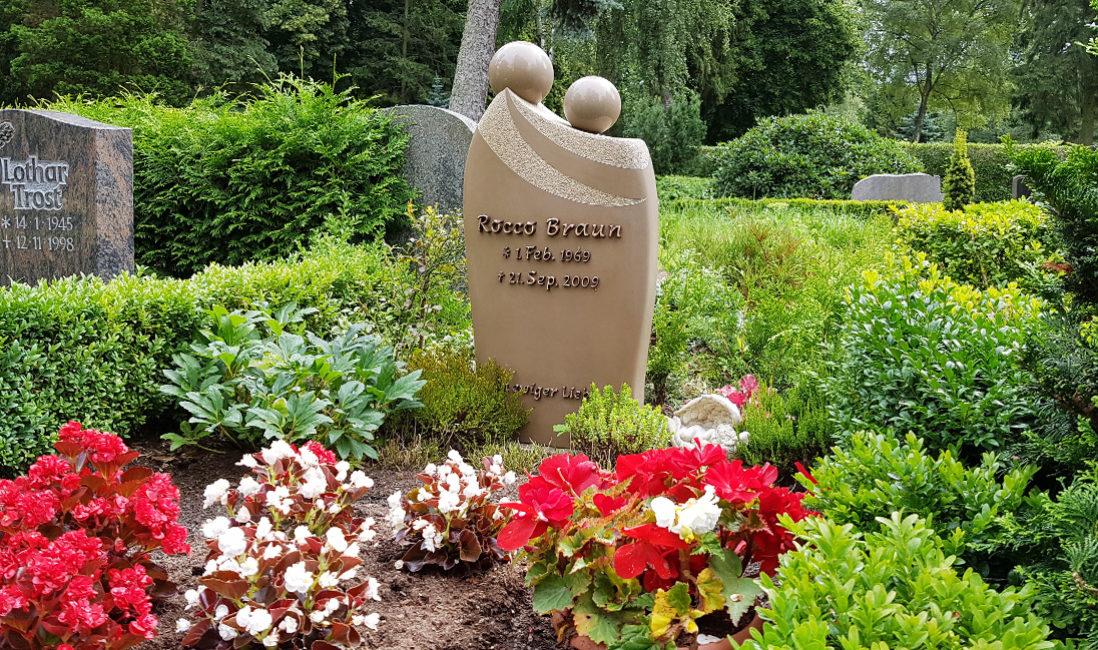Grabstein Einzelgrab Quarzit Umarmung zweier Personen Kugeln Grabbepflanzung Sommer Buchsbaum Grabeinfassung Friedhof Sankt Bartholomaei Demmin