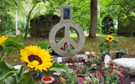 Erfurt Hauptfriedhof Grabmal mit Friedenssymbol