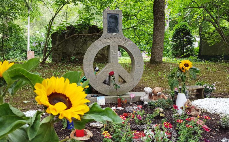 Erfurt Hauptfriedhof Grabmal mit Friedenssymbol - 1