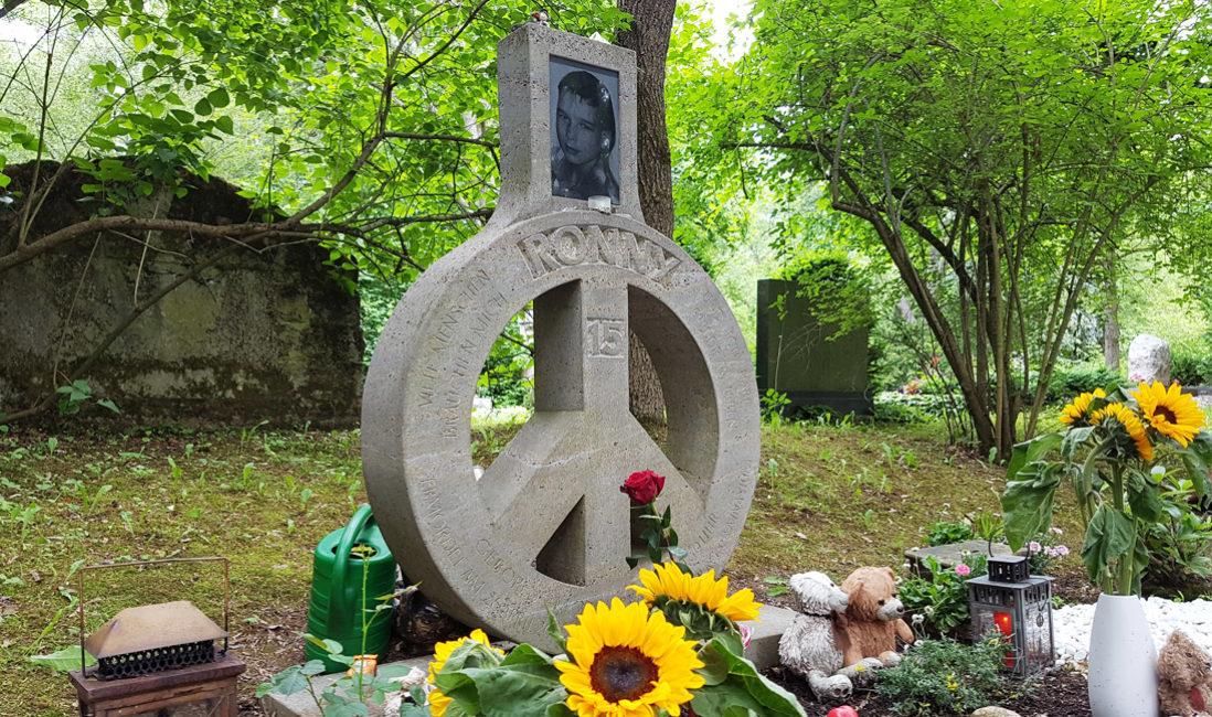 Grabstein Rund Friedenssymbol Peace Zeichen Foto Travertin Hauptfriedhof Erfurt
