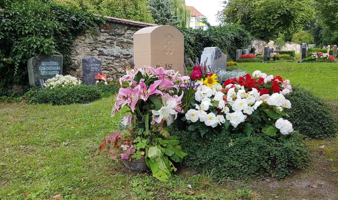 Urnengrabanlage Grabstein mit Motiv Sandstein Grabgestaltung Bodendecker Sommerblumen Lilien  Friedhof Neustadt Orla