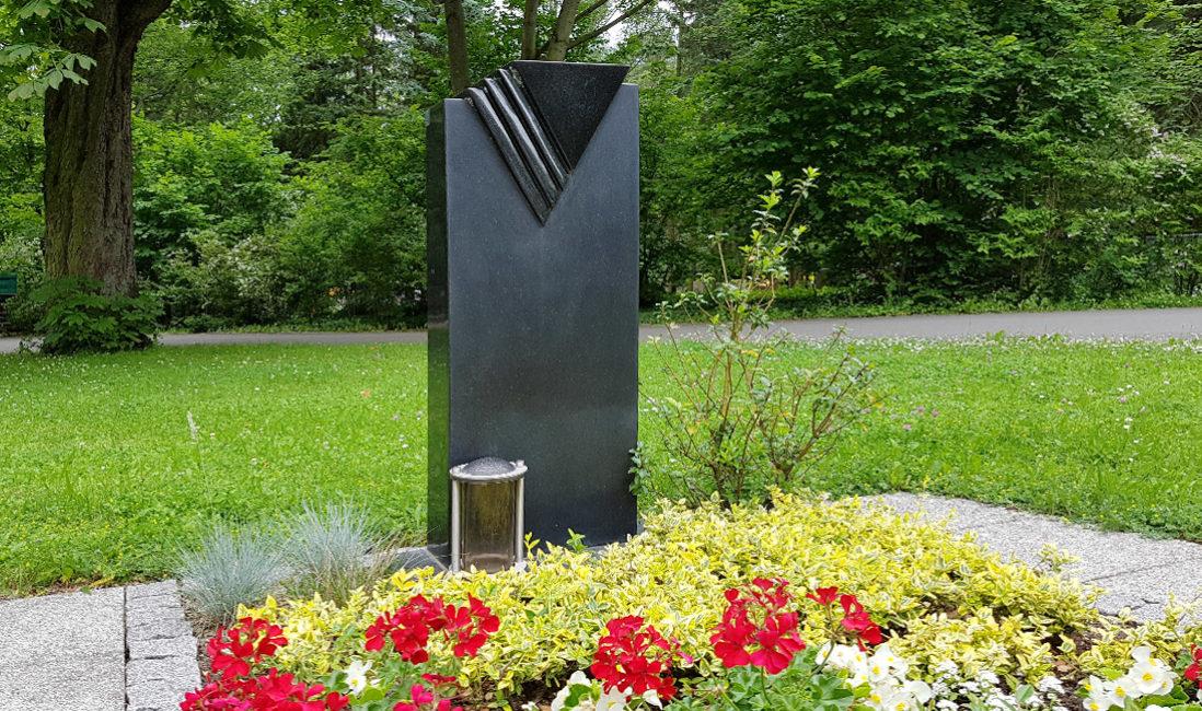 Grabstele schwarzer Granit poliert Grabpflanzen Sommer Bodendecker immergrün Grablampen Strauch Grabgestaltungsideen Hauptfriedhof Erfurt